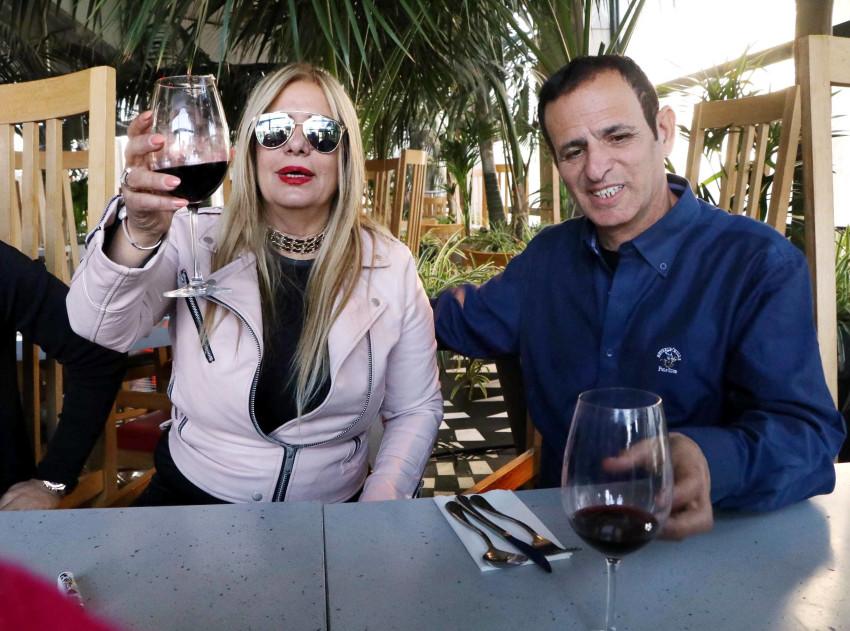 גם כוס יין מספיקה לה? כוכב פרי ושמוליק ספן (צילום: אמיר מאירי)
