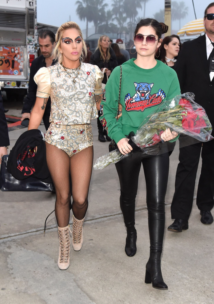 הפרחים לברוש ללידה? ליידי גאגא