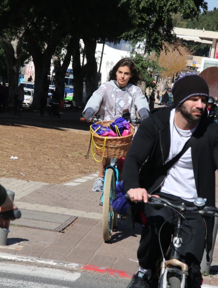 מדוושת ברחבי תל אביב. שלומית מלכה (צילום: ניר פקין)