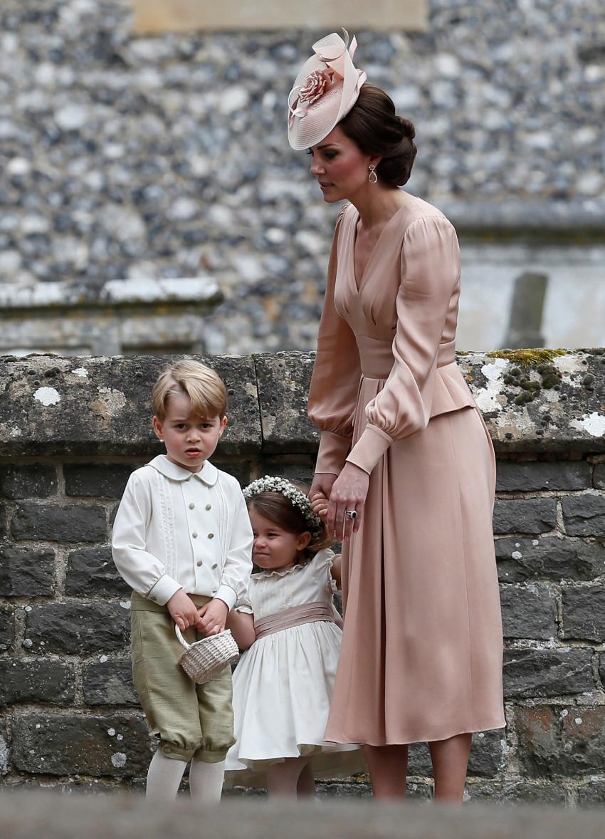האמא המלכותית עם שני גוזליה. ג'ורג' ושארלוט (צילום:  רויטרס)