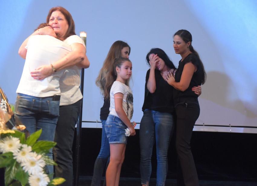 מיכל אמדורסקי עם הבנות. מצד שמאל אמא של פרישר גוטמן