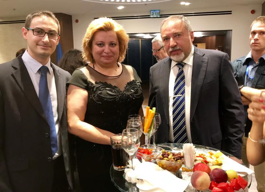 """אביגדור ליברמן, גבריאה מורארו ומורן מנו (צילום: יח""""צ)"""