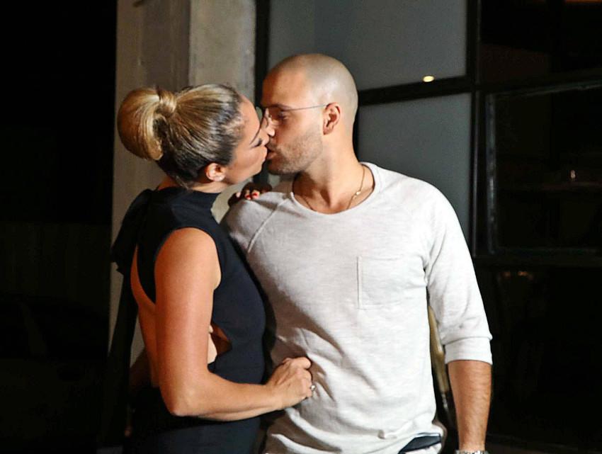 חוגגים בנשיקה רטובה. גרינר עם הבעל יוסי צבר (צילום: אמיר מאירי)