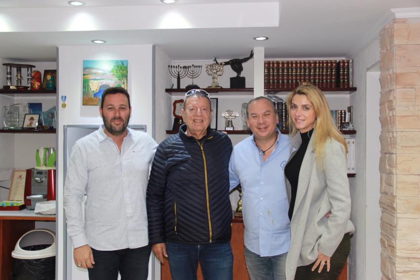 מארק שנייר וזוגתו , מיכאל שטראוס ואוהד שגב  (צילום: דוברות עיריית עכו)