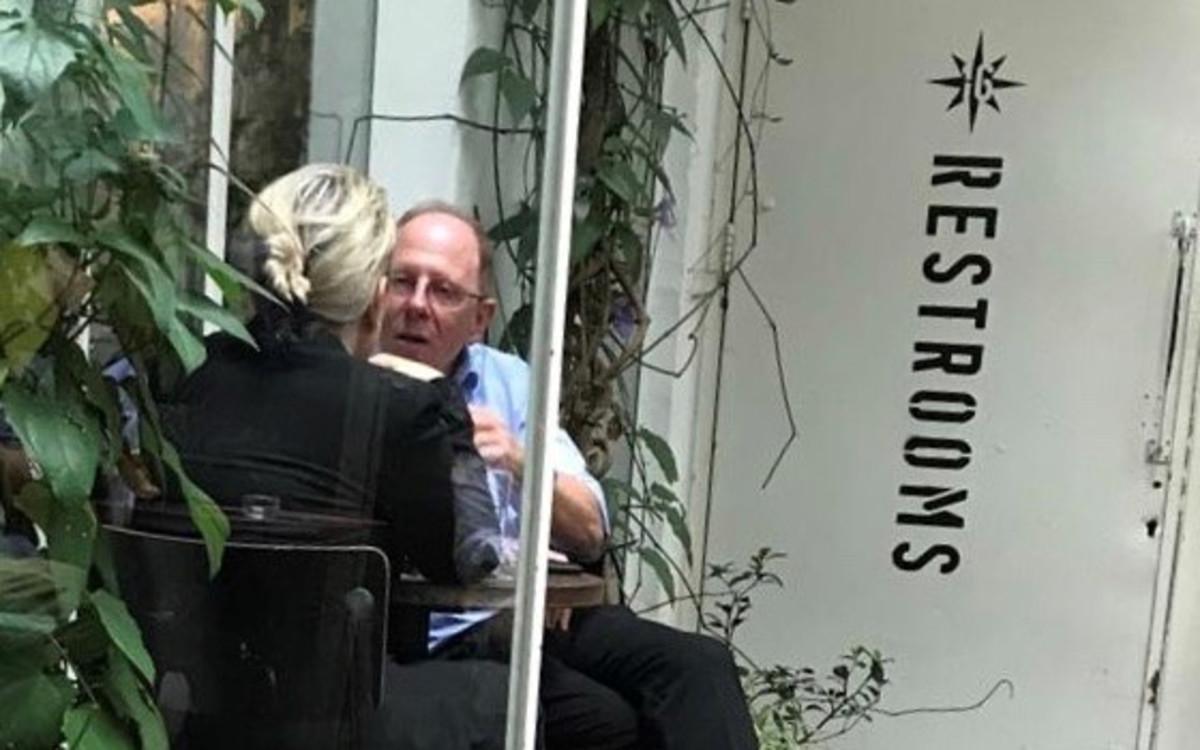 """הלאונג': יו""""ר בנק דיסקונט בפגישת עבודה ראשונה בקפה"""