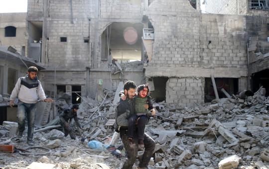 ילד סורי מפונה באחרי ההפצצה בעיר ע