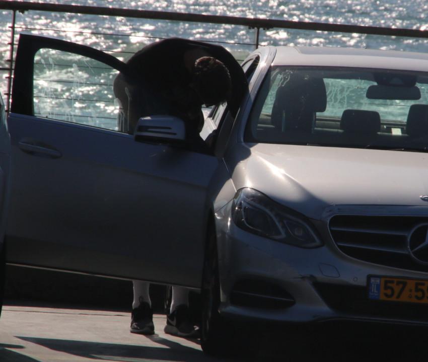 ואז, הגבוה הזה מנסה להשתחל לתוך הרכב