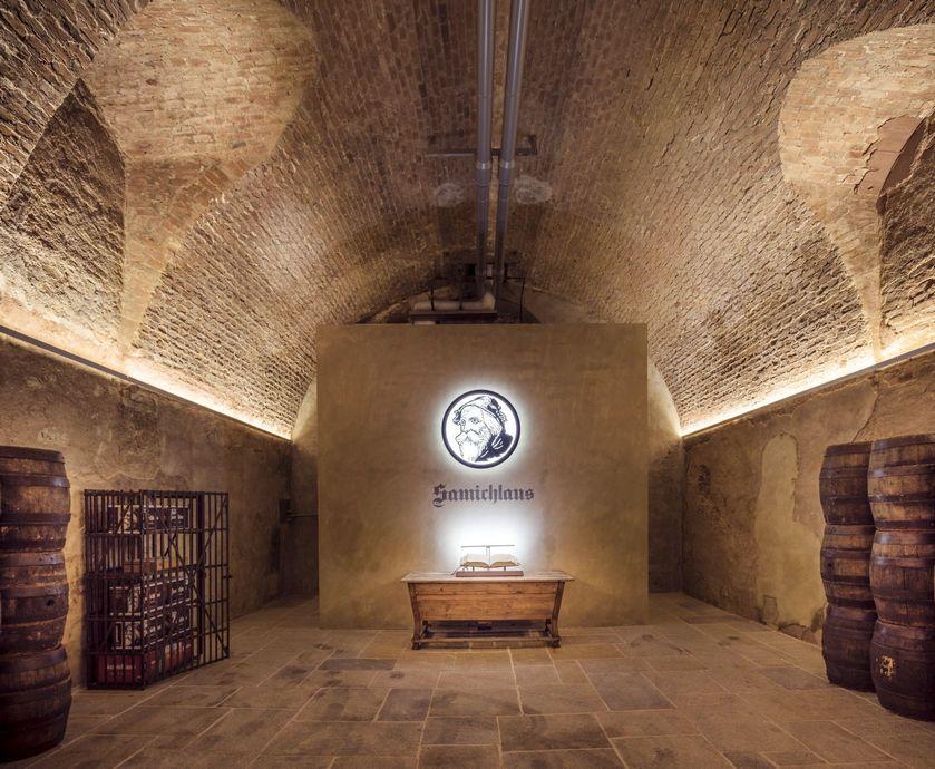 """סמיקלאוס - ל'סמיקלאוס' שמור מרתף אחסון עתיק ומיוחד שמשמש כהיכל התהילה של הבירה... (צילומים: גדי דבירי, יח""""צ)"""