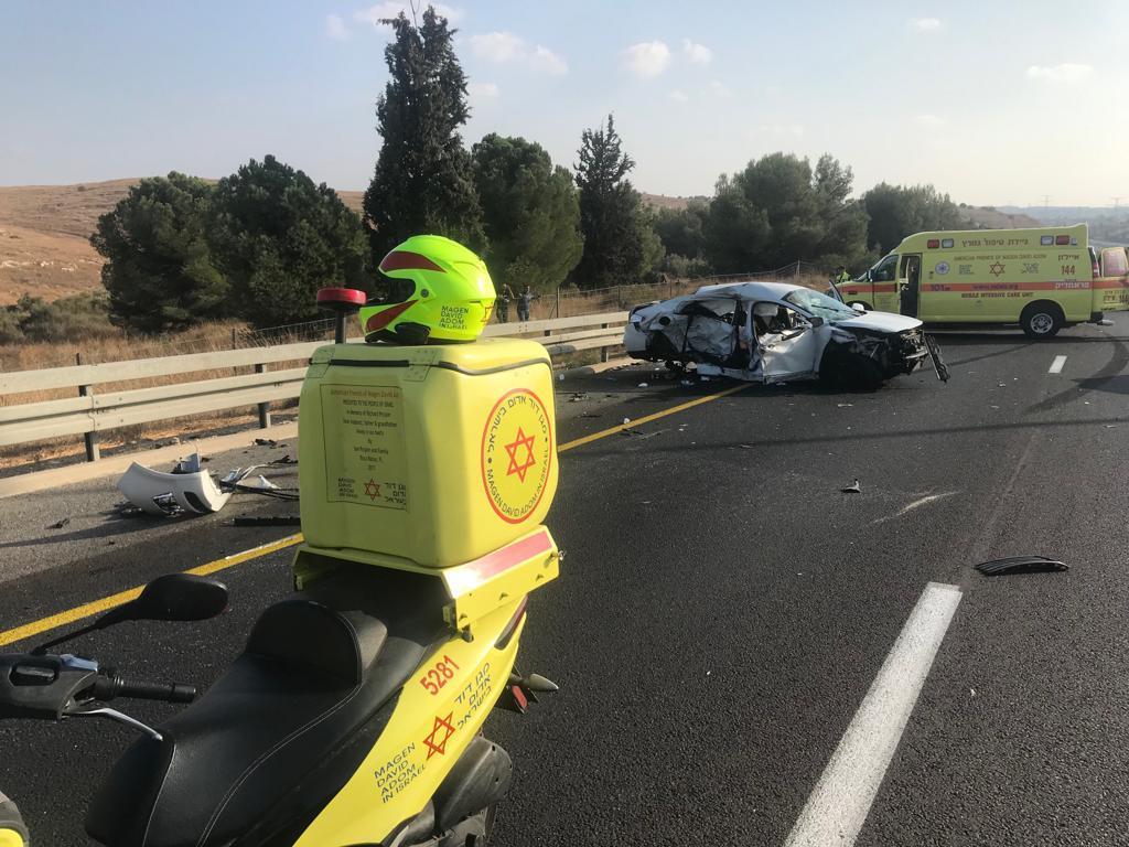 """תאונת דרכים בכביש 6. צילום: מד""""א"""