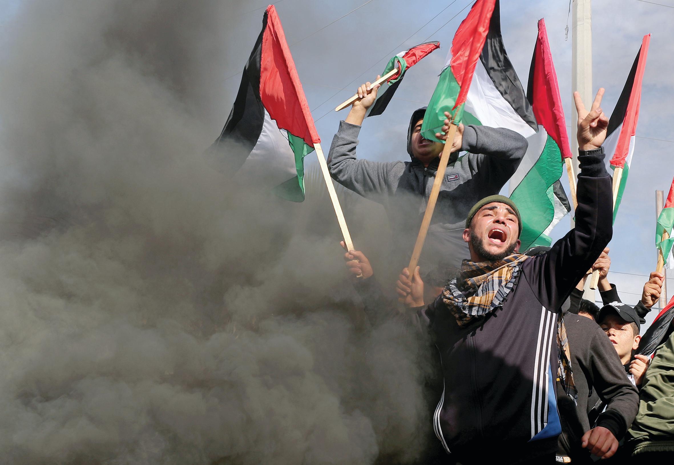 פלסטינים מפגינים. צילום: רויטרס