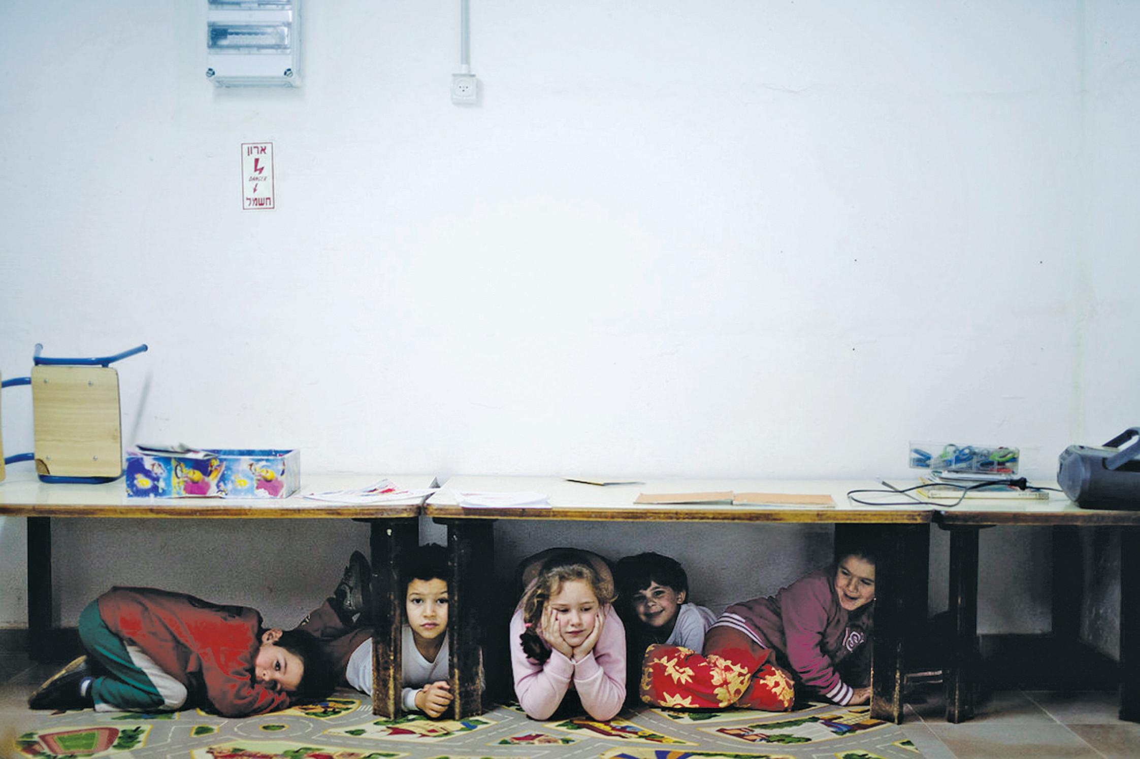 ילדים במקלט בעוטף עזה. צילום: דימה וזינוביץ