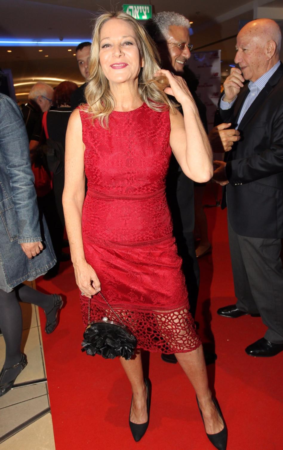 ואז הגיעה מיקי חיימוביץ', בשמלה אדומה