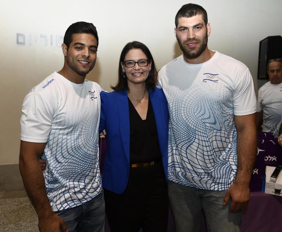 רוני בהט והספורטאים (צילום באדיבות הוועד האולימפי בישראל)