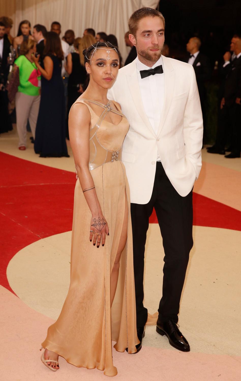 תראו כמה מאושר רוברט פטינסון עם ארוסתו!