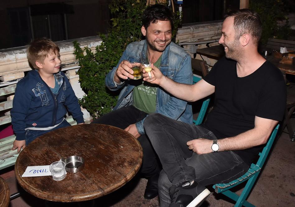 לחיים. אוהד קנולר והבן חוגגים עם אוהד חיטמן