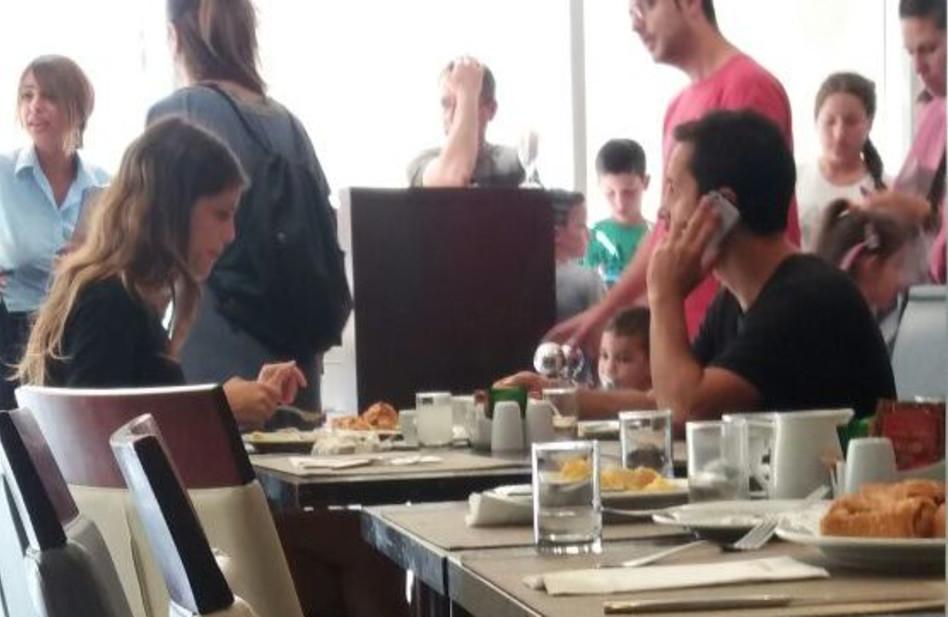 """אני לא זמין. לירון רביבו והחבר """"אוכלים"""" (צילום גולשים)"""