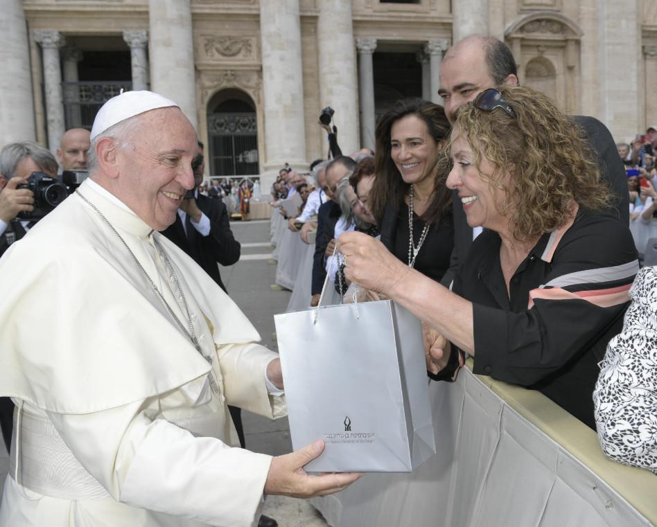רבקה כרמי והאפיפיור פרנציסקוס הראשון (צילום: ללא קרדיט)