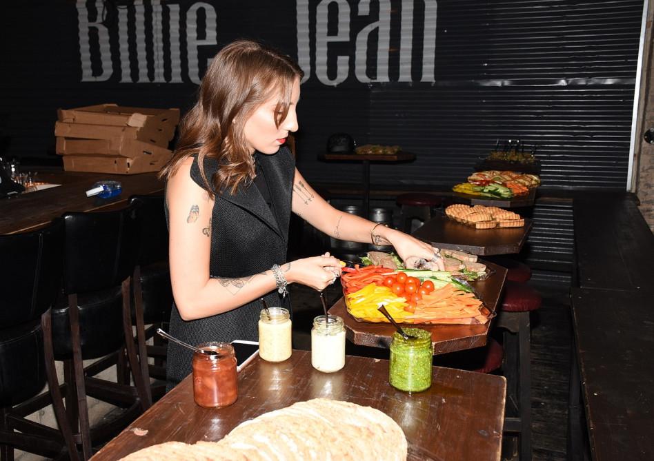 חותכת ירקות לקראת בואם של האורחים. תניה גרבר (צילום: ניר פקין)
