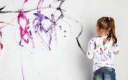 ילדה מציירת על הקיר