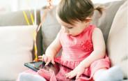 תינוקת צופה בסרטון ביוטיוב
