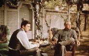דון ויטו קורליאונה (מרלון ברנדו) ובנו היורש מייקל (אל פאצ'ינו) בסרט הסנדק. גם זה עסק משפחתי