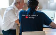 מדריך של TechBuddy מסייע לאדם הזקוק להדרכה (למצולמים אין קשר לנאמר בכתבה)