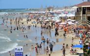 חוף פרישמן בתל אביב התמלא במתרחצים