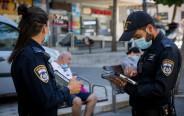 קורונה - שוטרים אוכפים את עטיית המסכה ברחוב (למצולמים אין קשר לנאמר בכתבה)