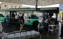 אוטובוס ששימש כאמבולנס לאחר שנוסעת בו איבדה את ההכרה