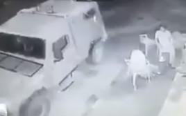 """חיילי צה""""ל משליכים רימון הלם לעבר פלסטינים"""