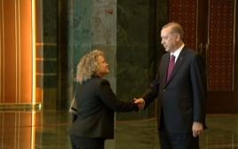 שני קופר, הציר המדיני של ישראל בטורקיה, לוחצת את ידו של הנשיא ארדואן