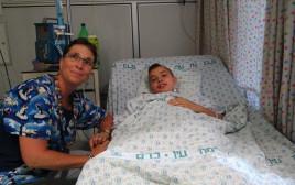 הנער אמיר ראדה זלאבני עם האחות הראשית במחלקת הילדים אפרת דנינו