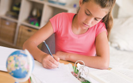 ילדה עושה שיעורי בית
