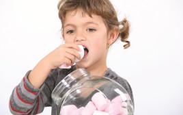 ילדה אוכלת ממתקים