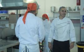 השף עוזי בן עזרא בקורס בישול בכלא צלמון