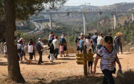 מטיילים במצפה נפתוח בירושלים
