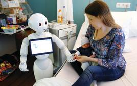 רובוט מקבל את פניה של יולדת טרייה בבית חולים בבלגיה, רפואה