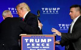 דונלד טראמפ מובל החוצה באמצע הנאום