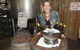 אוליה לופז קורונה עם בקבוקי יין של ריקאסולי, אלכוהול