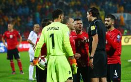 שחקני אלבניה מתווכחים עם השופט