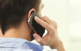 גבר מדבר בטלפון