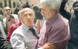 מרדכי ואנונו עם העיתונאי שחשף את הפרשה, פיטר הונאם