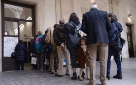 מצביעים במשאל העם באיטליה