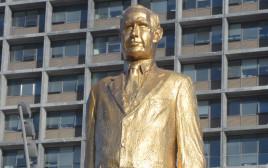 פסל של בנימין נתניהו בכיכר רבין