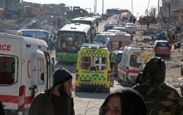 אמבולנסים ואוטובוסים מפנים את תושבי חאלב