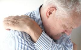 גבר מבוגר מתגרד, צילום אילוסטרציה
