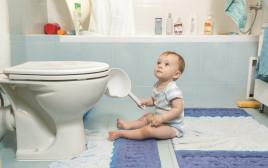 תינוק בשירותים