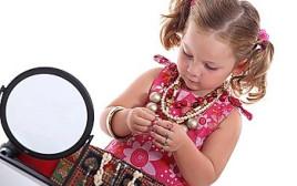 ילדה משחקת עם תכשיטים (אילוסטרציה)