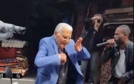 קשיש בן 93 רוקד בשוק הפשפשים