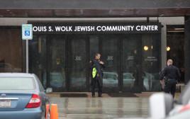 """כוח משטרה סמוך לבניין של הקהילה היהודית בארה""""ב"""